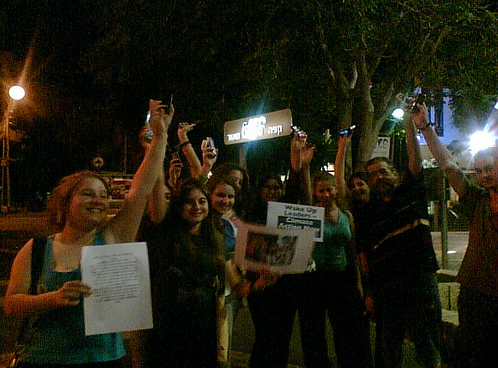 Dia 4  Holding up phones in unison in Haifa